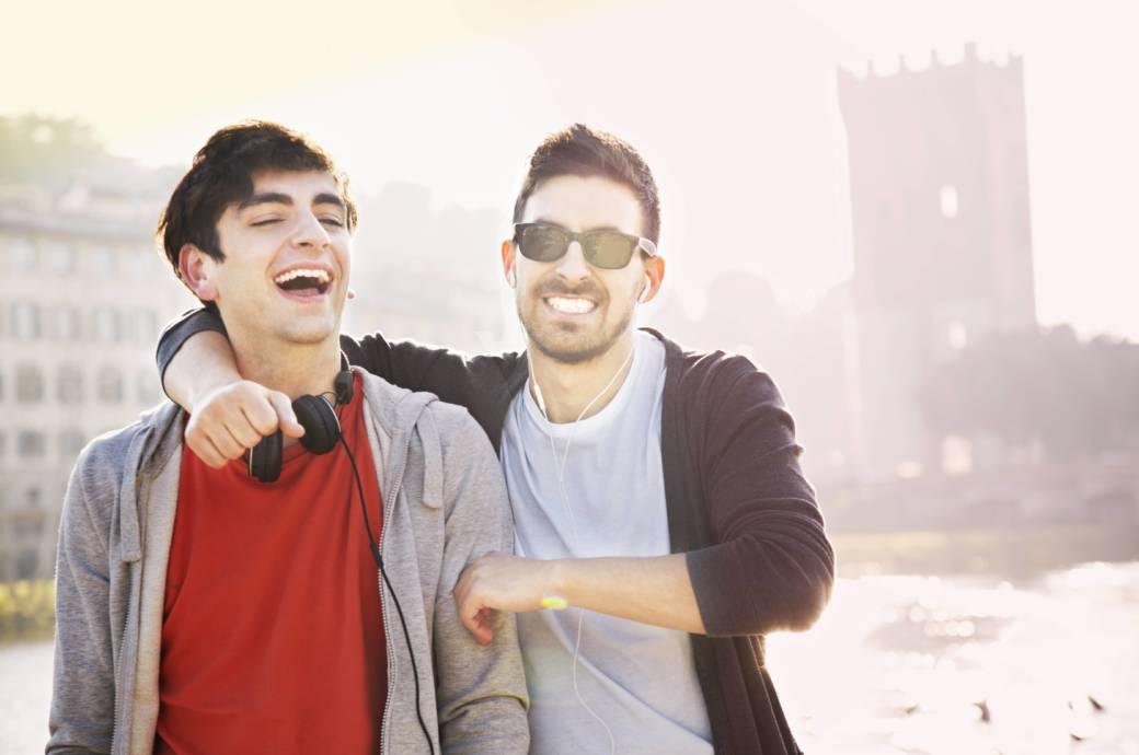 zwei lachende junge Männer
