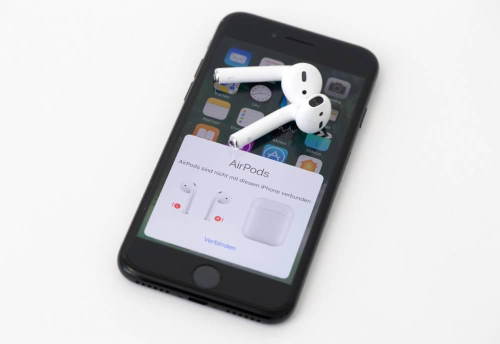 ILLUSTRATION - Die Nachricht, dass die AirPods Kopfhoerer mit dem Telefon verbunden werden muessen, ist am 12.09.2016 in Berlin auf einem iPhone 7 zu sehen. Foto: Andrea Warnecke | Verwendung weltweit