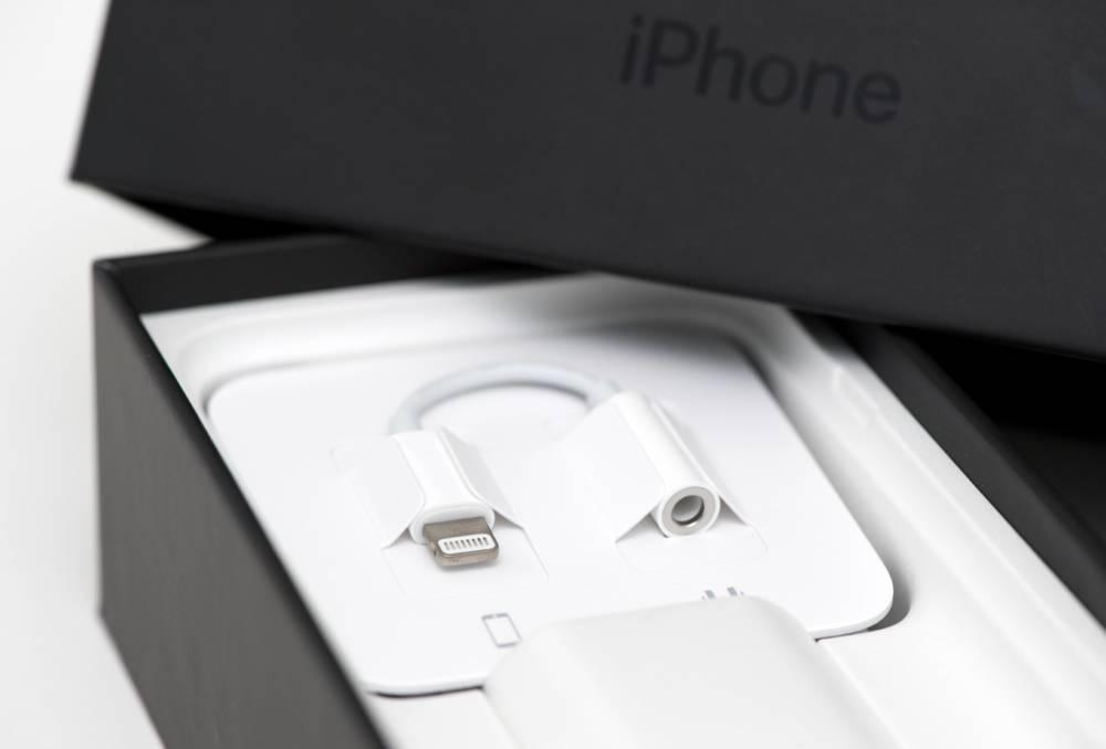 ILLUSTRATION - Ein Adapter, um Kopfhoerer mit Klinkenanschluss mit dem neuen iPhone 7 mit Lightning-Anschluss zu verbinden, liegt am 12.09.2016 in Berlin in der Packung des Smartphones. Foto: Andrea Warnecke | Verwendung weltweit