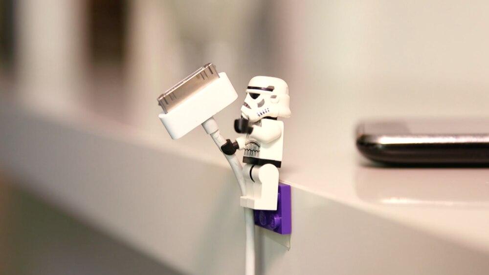 Mit wenig Aufwand klebt das Legomännchen fest am Schreibtisch und hält auf Wunsch Ihre Kabel.