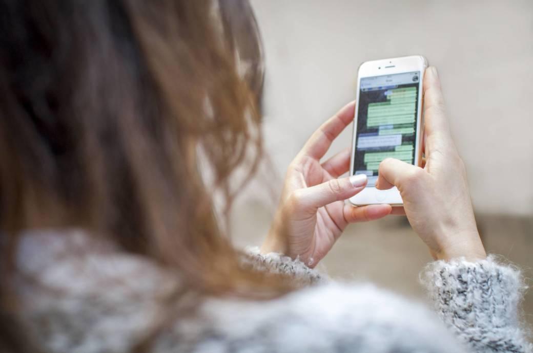Frau chattet auf Smartphone