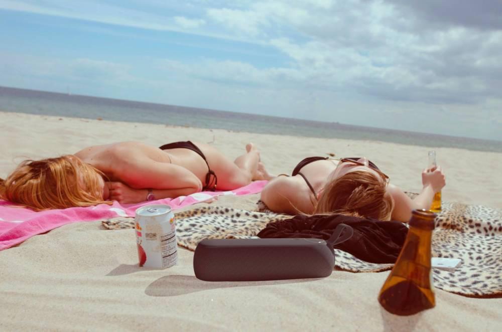 Macht am Strand eine gute Figur: der Libratone Too kombiniert guten Sound mit Spritzwasserschutz und hochwertiger Verarbeitung für 99 Euro.