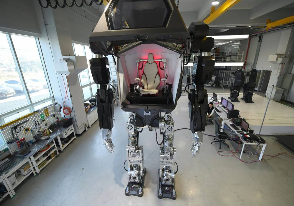 """A four-metre-tall humanoid manned robot dubbed Method-2 is seen in a lab of the Hankook Mirae Technology in Gunpo, south of Seoul, on December 27, 2016.The giant human-like robot bears a striking resemblance to the military robots starring in the movie """"Avatar"""" and is claimed as a world first by its creators from a South Korean robotic company. / AFP / JUNG Yeon-Je (Photo credit should read JUNG YEON-JE/AFP/Getty Images)"""