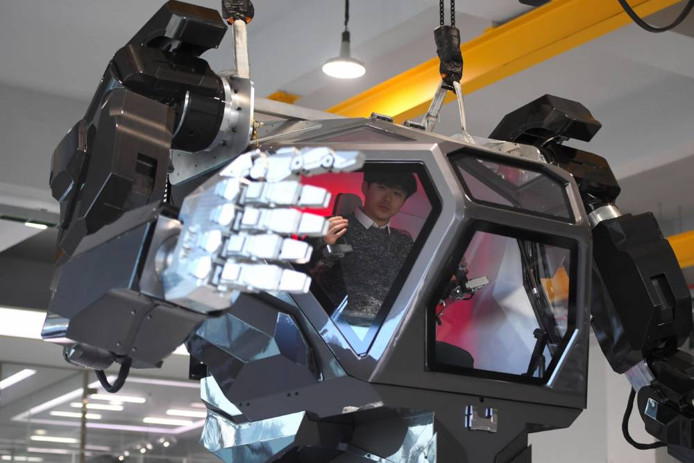 """Engineers test a four-metre-tall humanoid manned robot dubbed Method-2 in a lab of the Hankook Mirae Technology in Gunpo, south of Seoul, on December 27, 2016.The giant human-like robot bears a striking resemblance to the military robots starring in the movie """"Avatar"""" and is claimed as a world first by its creators from a South Korean robotic company. / AFP / JUNG Yeon-Je (Photo credit should read JUNG YEON-JE/AFP/Getty Images)"""