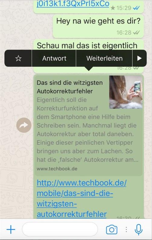 Auf einem Handydisplay ist ein WhatsApp-Chat zu sehen. Über einer Nachricht gibt es verschiedene Optionen unter anderem sieht man einen Stern.