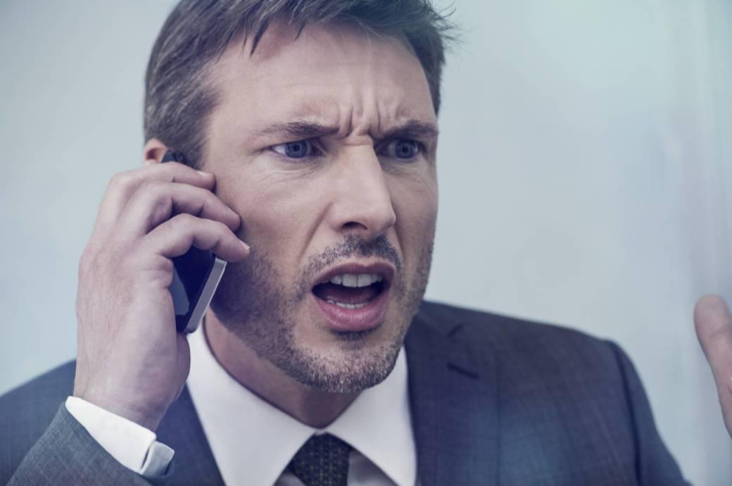 Mann telefoniert wütend am Smartphones