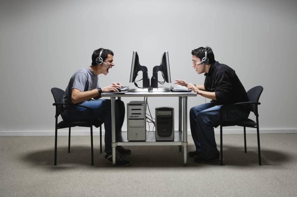 Zwei Männer sitzen am PC und spielen