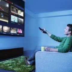 Mann vor einem riesigen Wand-TV