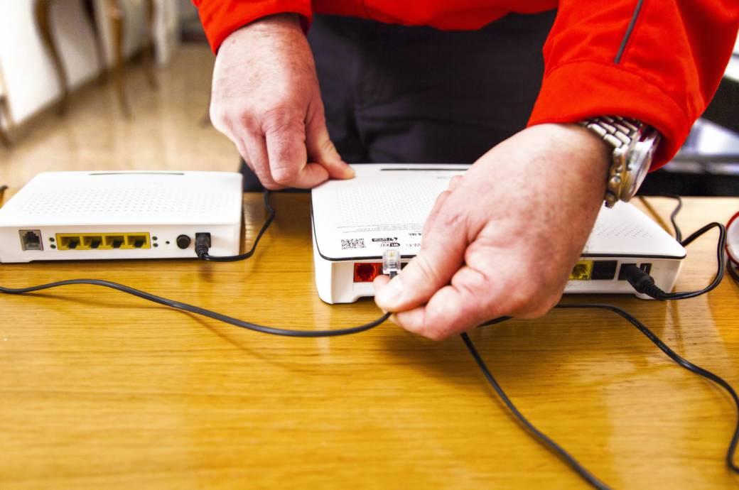 Mann verkabelt zwei Router
