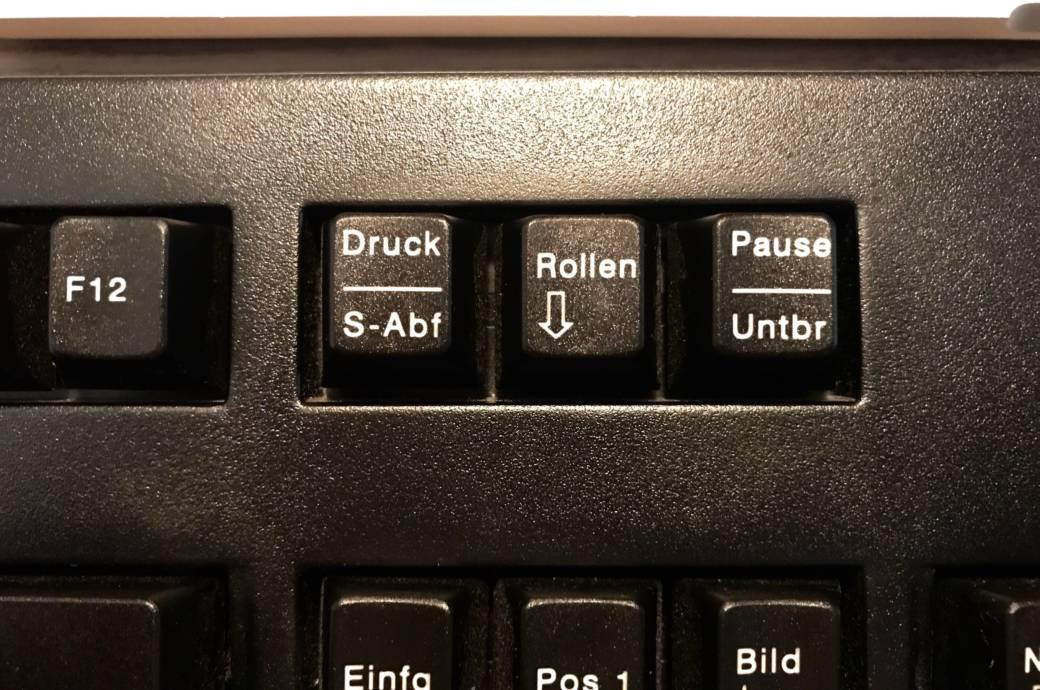 """Nahaufnahme der Tasten """"Druck"""", """"Rollen"""" und """"Pause"""" auf einer Tastatur."""