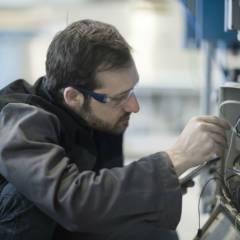 Techniker schaltet Telefonanschluss frei