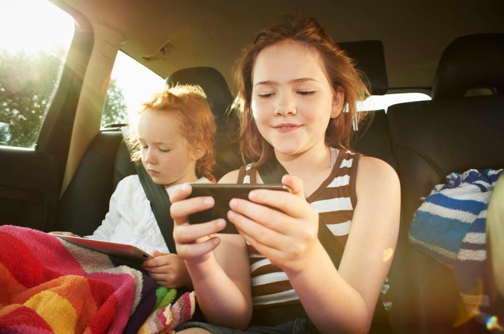 Spiele sind ihr größtes Hobby: Kinder könnten von Apps des Konzerns Disney auf dem Handy ausgespäht worden sein.