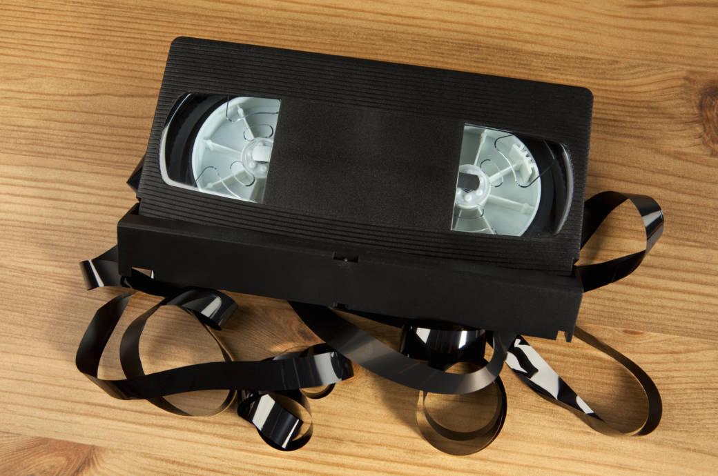 Sie wirken für die meisten Menschen inzwischen nutzlos, weil kaum noch jemand einen Videorekorder im Wohnzimmer stehen hat. Aber vielleicht schlummert auch in Ihrer VHS-Sammlung ein wertvolles Stück, dass Sie reich machen könnte.