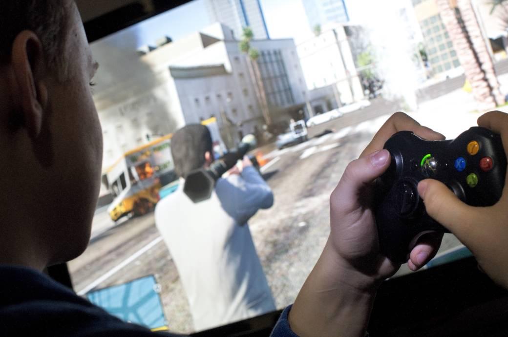 Junge spielt GTA V auf Xbox