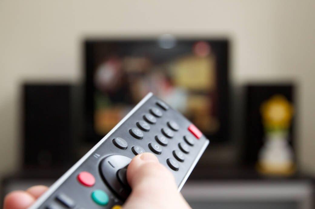 Fernbedienung vor dem Smart-TV