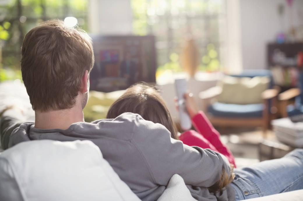 Pärchen schmusend vor dem Fernseher