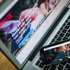 Laptop und Smartphone mit Netflix