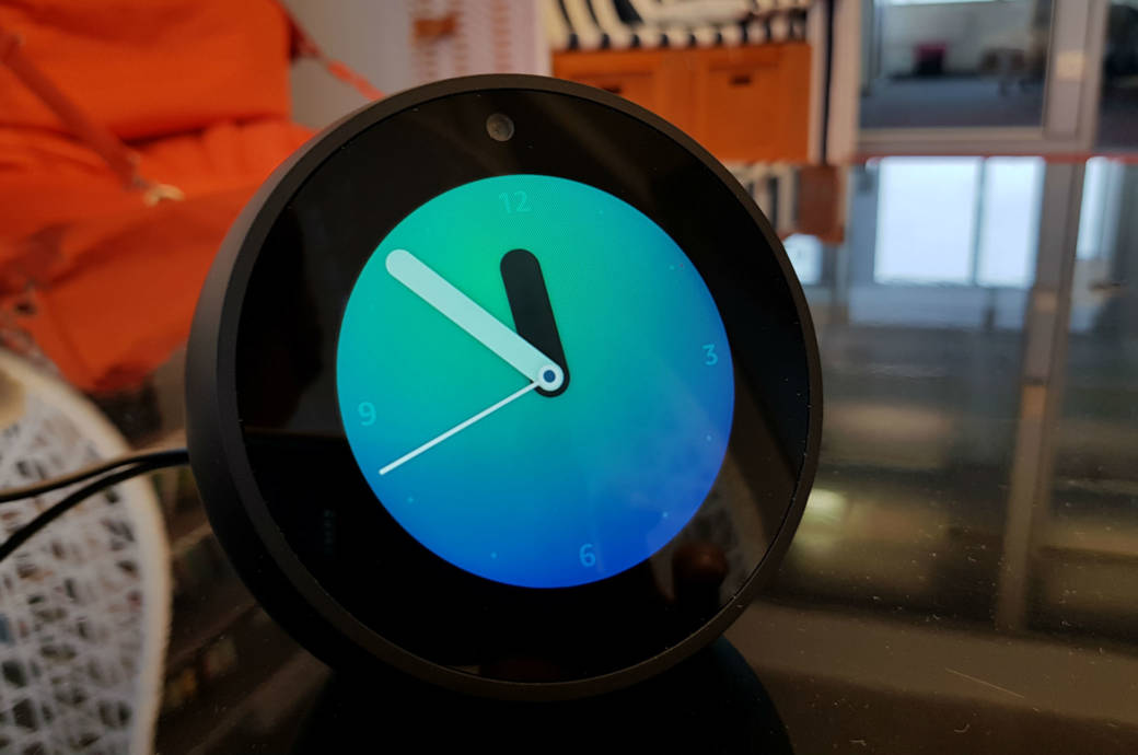 so gut schl gt sich der amazon echo spot im test techbook. Black Bedroom Furniture Sets. Home Design Ideas
