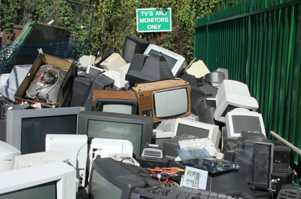 Elektroschrott als Haufen mit Fernsehern und Monitoren