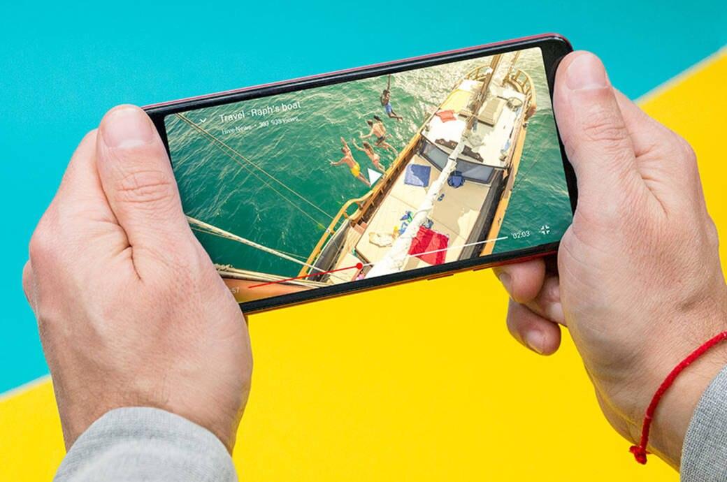 Wikos Smartphone in zwei Händen
