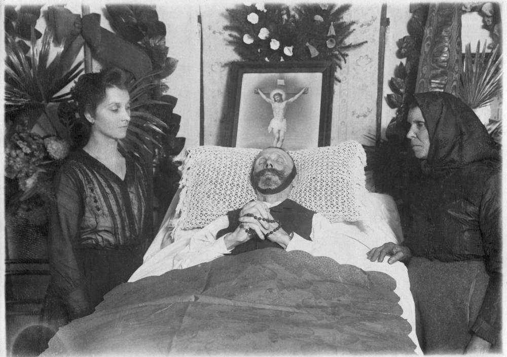 Toter Mann mit Tochter und Frau