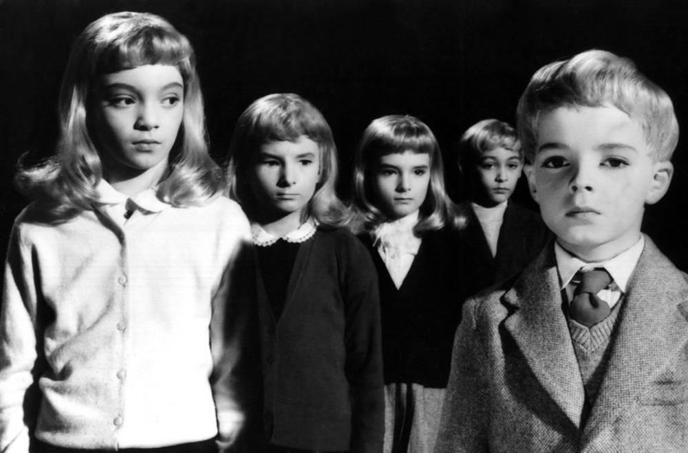 """Standbild mit Kindern aus dem Film """"Das Dorf der Verdammten"""""""