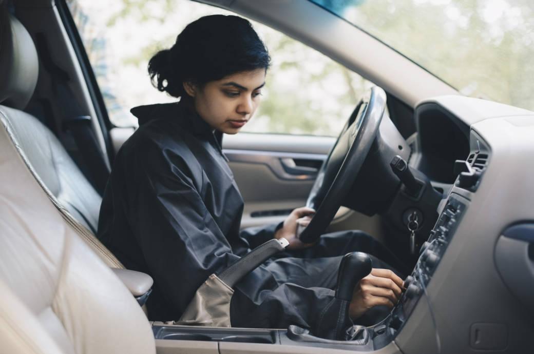 Frau sitzt im Auto