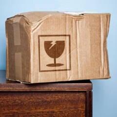 Beschädigtes Paket auf einer Kommode