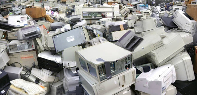 piles of discarded computer equipment recycling computer müllhaufen