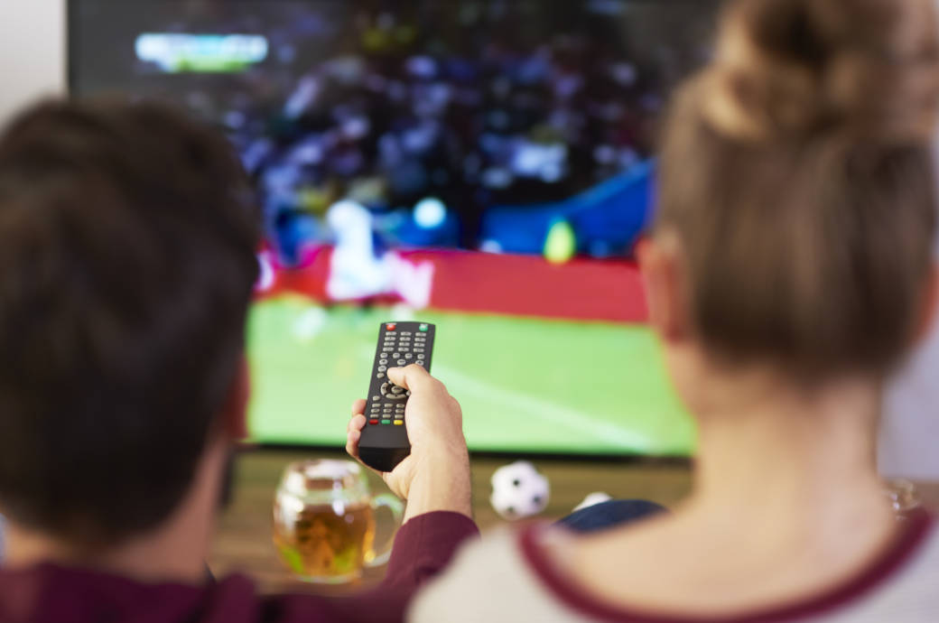 Ein Pärchen schaut Fußball vor dem TV