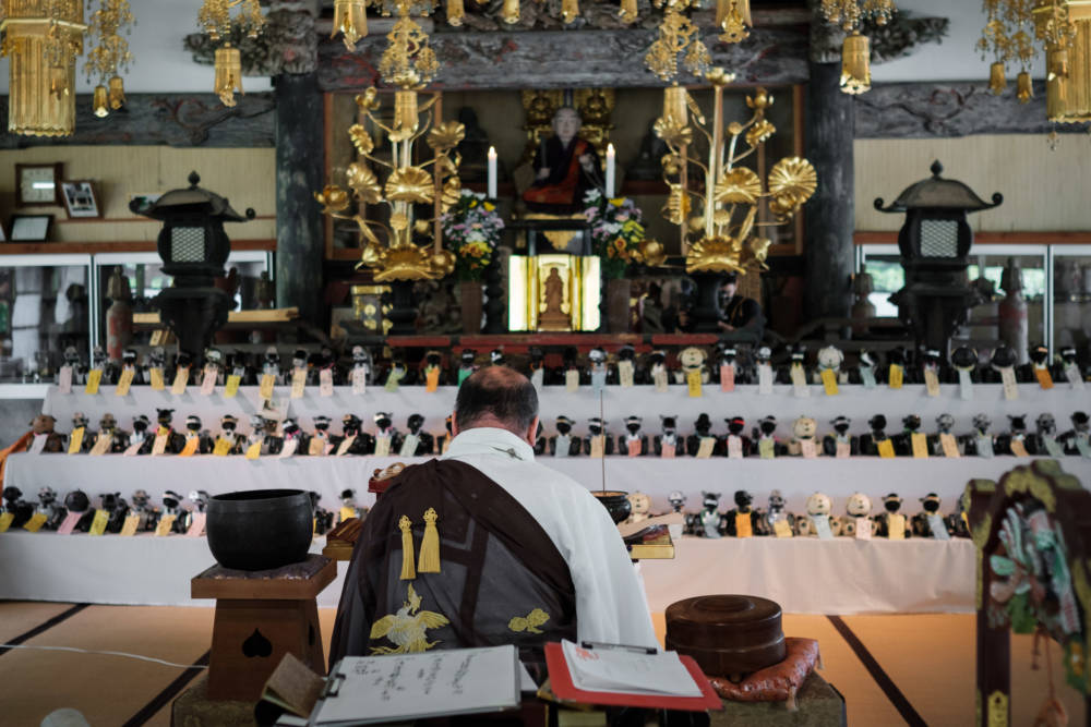 Aibos im Tempel aufgereiht