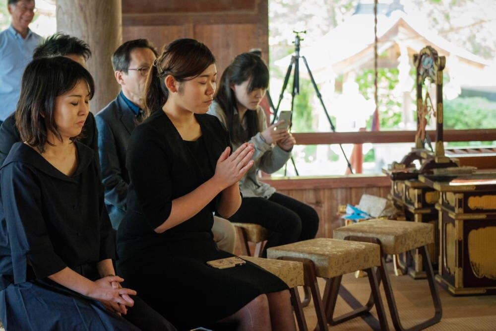 Menschen beten in Tempel