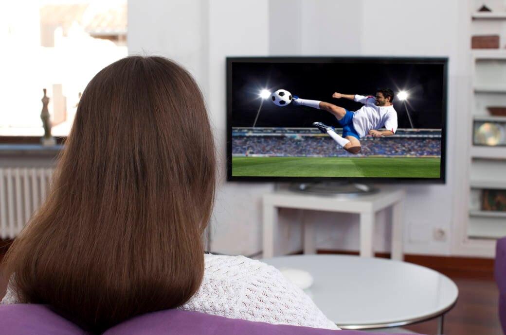 Frau vor dem TV