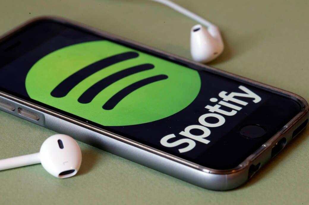 Smartphone mit Spotfy und Ohrhörern
