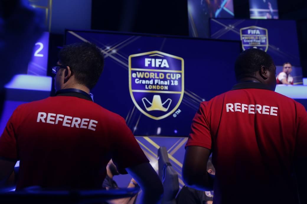 Zwei Schiedrichter beim FIFA eWorld Cup