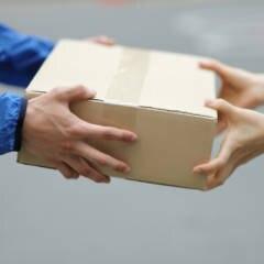 Zusteller liefert Paket aus