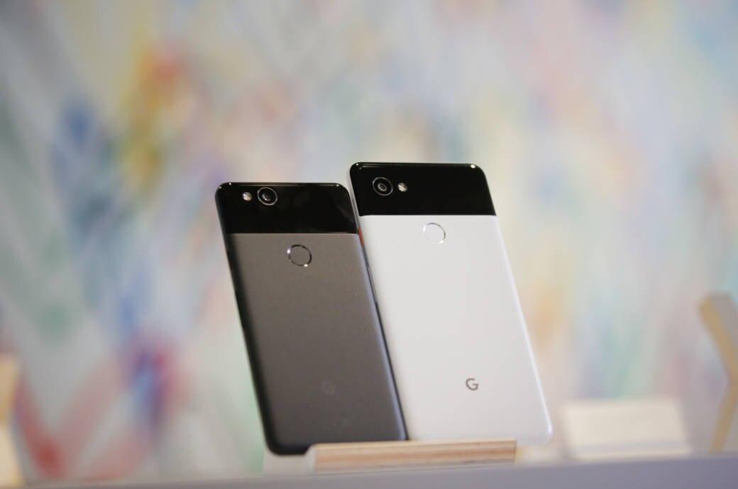 Google Pixel 2 und Pixel 2 XL vor verschwommenen Hintergrund