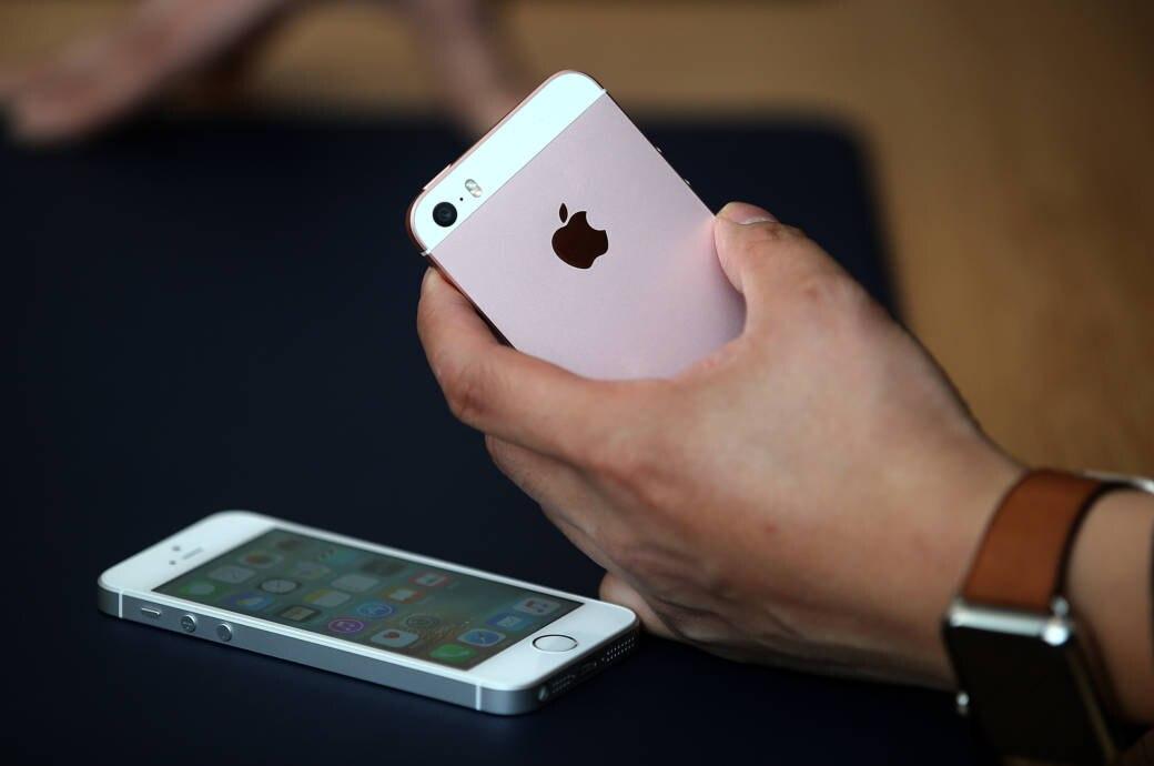Nicht Nur Das IPhone SE Im Bild Verschwindet Aus Dem Apple Store Auch Weitere Modelle Sind Uberraschenderweise Verschwunden Foto Getty Images