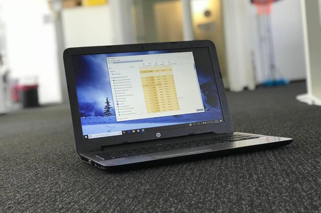 Windows-Laptop mit geöffnetem Task Manager