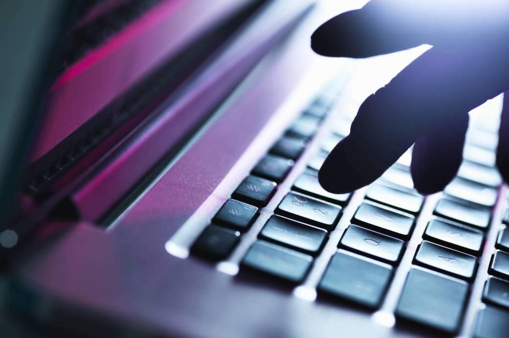 Finger auf Laptop-Tastatur