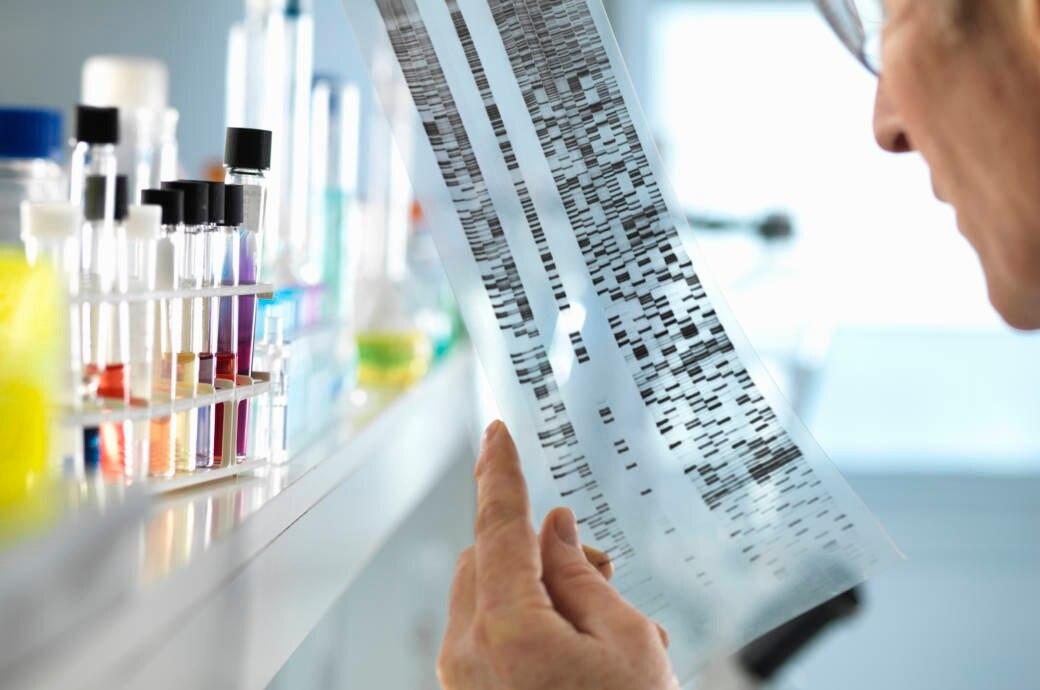 Ein Wissenschaftler liest in einem Labor eine DNA-Sequenz ab