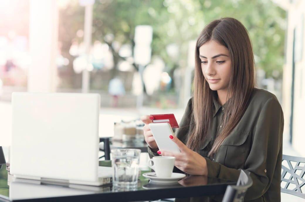 Mädchen beim Online Shopping