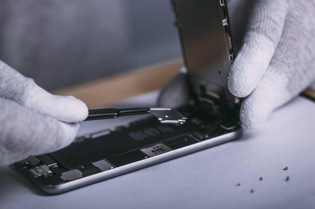 iPhone 6S wird von Techniker repariert