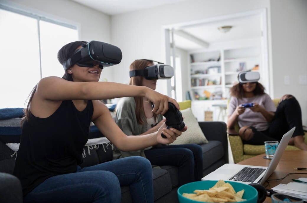 Drei Frauen spielen VR mit Controllern