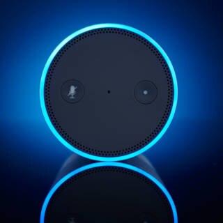 Ein Amazon Echo von oben mit Leuchtring