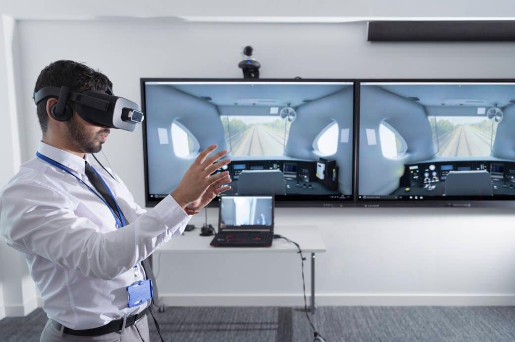 Mann spielt VR mit Oculus Rift