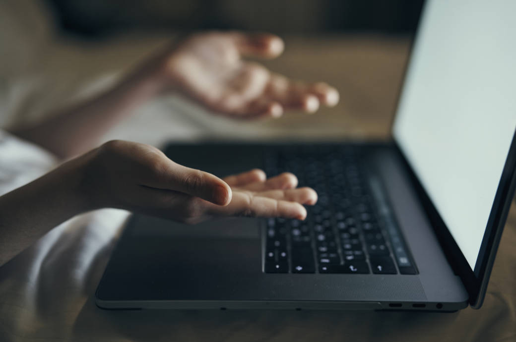 Frau mit MacBook Pro im Bett