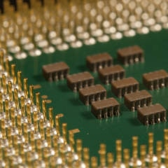 Die Unterseite eines Prozessors mit Verbindungs-Pins