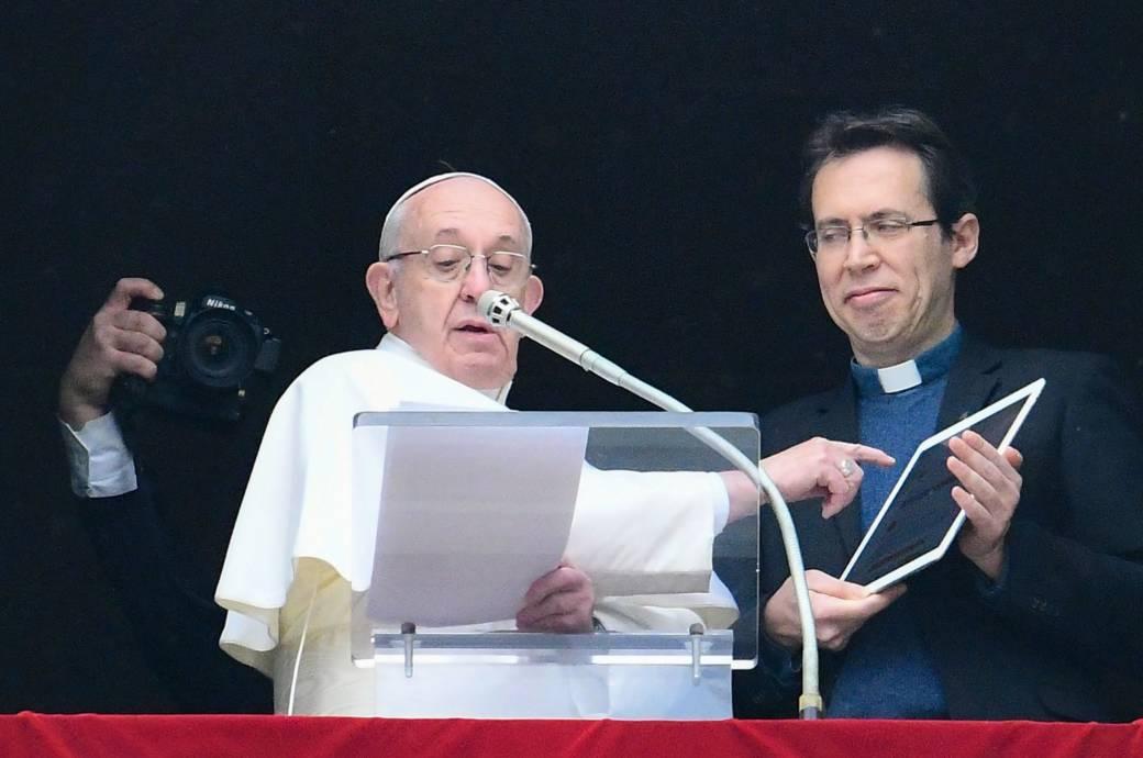 Papst Franziskus mit einem iPad