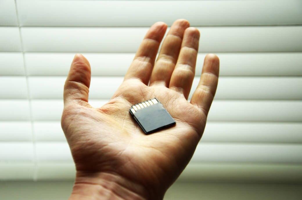 SD-Speicherkarte in einer Hand